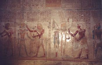 Relieve de la capilla de Amón-Ra - El rey haciendo diferentes ofrendas. Fotografía: Marinela Rodríguez