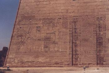 Ramsés III castigando a los enemigos ante Amón. Pilono izquierdo <br>Fotografía: Francisco López