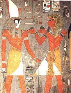 Horemheb haciendo una ofrenda de vino a Harsiese quien porta el cetro uas Bajorrelieve policromado Tumba de Horemheb KV 57 Pared oriental de la sala anterior a la cámara del sarcófago. Valle de los Reyes XIX Dinastía