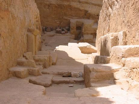 Corredor descendente de la pirámide de Radyedef Fotografía: Francisco López