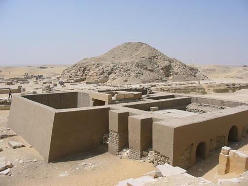 Al fondo la pirámide de Unis. En primer plano los trabajos de reconstrucción (Agosto 2002) Fotografía: Francisco López