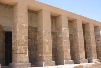 Pilares rectangulares del pórtico de entrada Fotografía: Francisco López