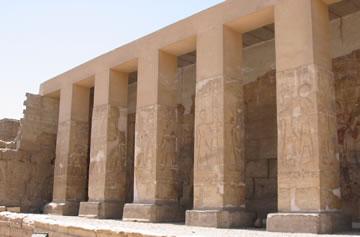Pilares rectangulares del pórtico de entrada. Fotografía: Francisco López