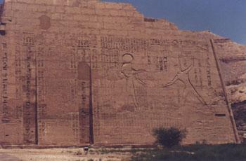 Ramsés III castigando a dos cautivos ante Ra-Horajty. Pilono izquierdo <br>Fotografía: Francisco López