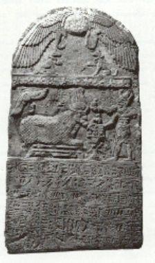 Estela de piedra caliza del Emperador Diocleciano, ofrendando a un Bujis. 67 cm, Bujeum, Armant