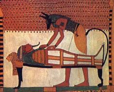 Anubis realiza las tareas de embalsamamiento del cuerpo de Senedyem. Tumba de Senedyem XIX Dinastía. Deir el-Medina