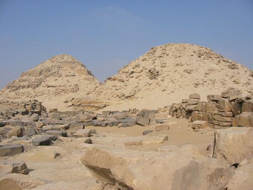 Pirámides de Nyuserra (derecha) y Neferirkara (izquierda) Fotografía: Francisco López