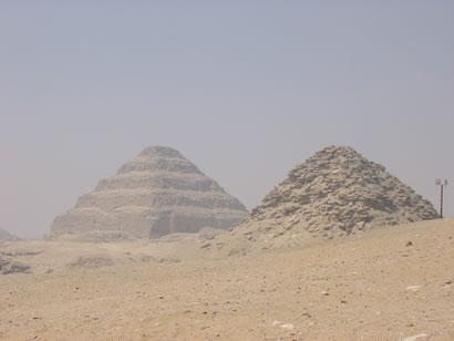 Pirámide de Userkaf. Al fondo la de Dyeser Fotografía: Francisco López